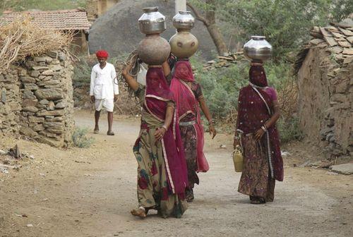 زنان روستایی در حال حمل آب – راجستان هند