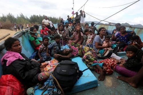 پناهجویان سریلانکایی در قایقی در ساحل آچه اندونزی