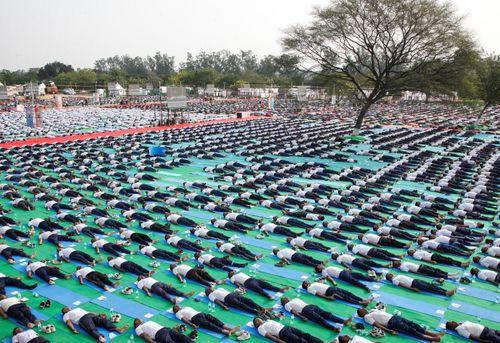 یوگای دسته جمعی در آستانه روز جهانی یوگا – هند و مالزی