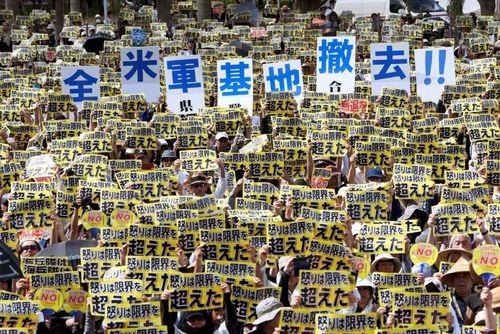 تظاهرات سراسری مردم اوکیناوا علیه تجاوز یک نیروی نظامی سابق آمریکایی به دختر 20 ساله ژاپنی