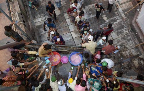 توزیع شربت برای افطار روزه داران در مسجد ناخدا در کلکته هند