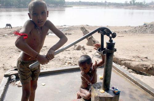 آب تنی با آب چاه در گرمای لاهور پاکستان