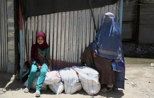توزیع اقلام آذوقه رمضان از سوی مدرسه ترکیه در شهر کابل بین 6 هزار خانواده نیازمند