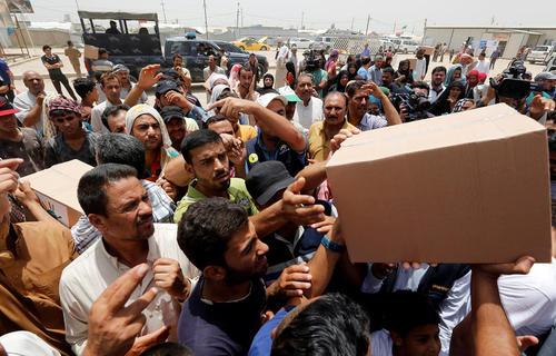 توزیع آذوقه بین آوارگان جنگی فلوجه در کمپ السلام در بغداد
