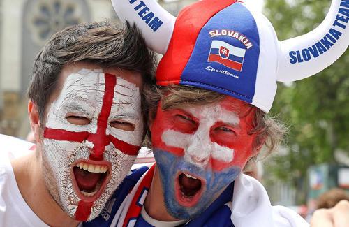 طرفداران دو تیم فوتبال انگلیس و اسلواکی در حاشیه بازی این دو تیم در چارچوب جام ملت های اروپا – فرانسه