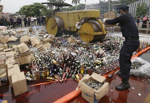 معدوم کردن صدها بطری مشروبات الکلی تقلبی در جاکارتا اندونزی