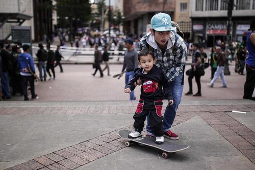 پدر و پسر در حال اسکیت بورد بازی در روز جهانی اسکیت بورد سواری - کلمبو پایتخت کلمبیا