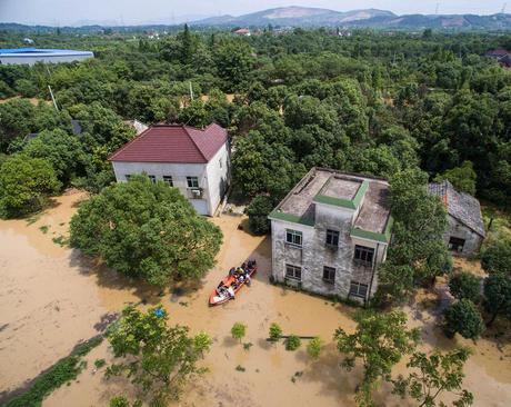 امدادگران در حال کمک به سیلزدگان در استان ژجیانگ چین