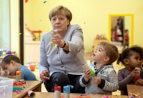 حضور آنگلا مرکل صدر اعظم آلمان در یک مهد کودک در برلین در روز دانشمندان کوچک