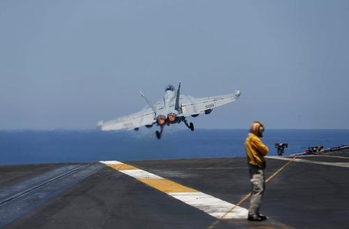 پرواز اف 18 آمریکایی از عرشه ناو هواپیمابر یو اس اس هری ترومن در دریای مدیترانه
