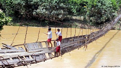 معلق در هوا یک مورد شگفتانگیز دیگر در اندونزی: این پل لرزان در ناحیۀ حکومتی