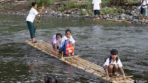 نوع دیگری از قایق سواری ماجراجویی ناشی از ضرورت محض: کودکان یک روستای دورافتاده در استان