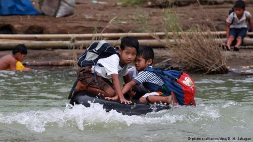 تیوبسواری به شیوۀ فیلیپینی دو پسربچه فیلیپینی در حالی که به زور خود را روی یک تیوب جای دادهاند از مدرسه به خانه بازمیگردند. بخشی از مسیر روزانه آنها گذر از تُندآب رودخانه است. لباس مدرسه این بچهها باید برای روز بعد کاملاً خشک باشد.