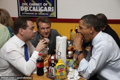 دیمیتری مدودف رئیس جمهور روسیه و باراک اوباما رئیس جمهور آمریکا در حال خوردن ساندویج - 2010