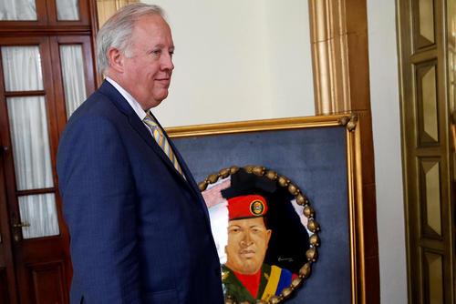توماس شانون دیپلمات آمریکایی در کاخ ریاست جمهوری ونزوئلا در کاراکاس و منتظر دیدار نیکولاس مادورو رییس جمهور ونزوئلا