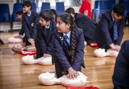 آموزش کمک های اولیه پزشکی به دانش آموزان مدارس انگلیس- لندن