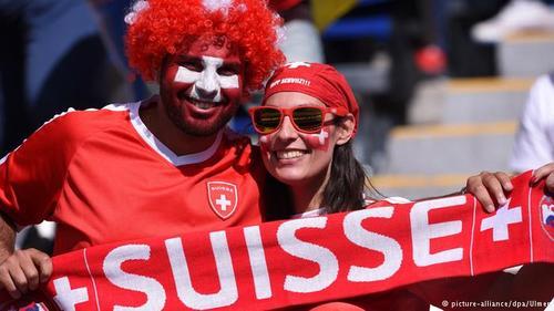 زوج سوئیسی تیم خود را در مقابل رومانی تشویق میکنند.