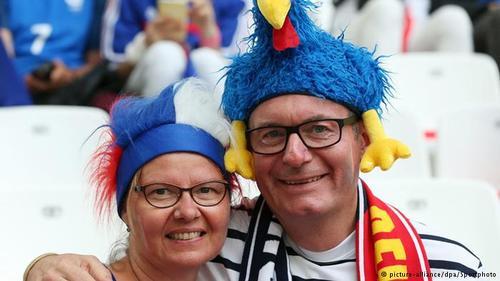 زوج فرانسوی عاشق فوتبال در دیدار تیم ملی کشورشان با آلبانی که با نتیجه ۲ بر صفر خاتمه یافت.