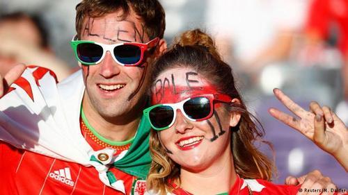 زوجی از ویلز در استادیوم تولوز که از پیروزی تیمشان در مقابل روسیه شادمان هستند.