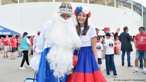 عکس یادگاری زوج روس قبل از ورود به استادیوم در تولوز.