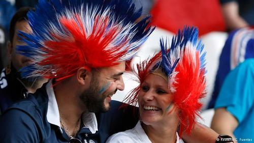 زوج فرانسوی هنگام دیدار تیم ملیشان با تیم سوئیس.