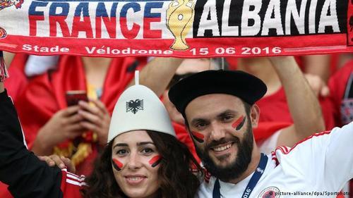 یک زوج عاشق فوتبال از آلبانی که در دیدار تیمشان با تیم فرانسه، میزبان جام، در استادیوم حضور داشتند.
