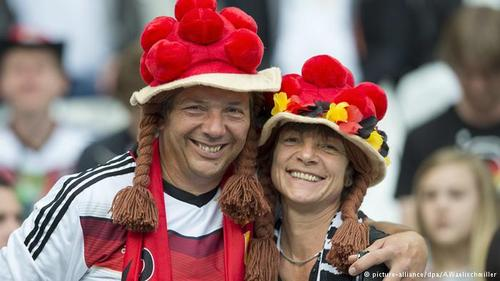یک زوج عاشق فوتبال از جنوب آلمان در دیدار تیم آلمان با تیم لهستان.