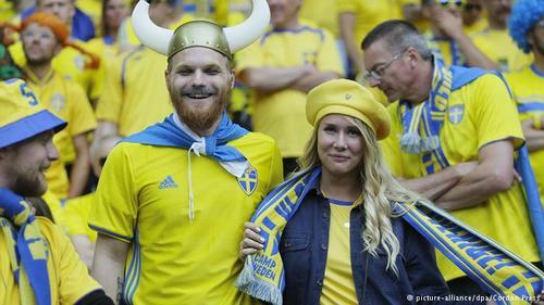 یک زوج سوئدی در دیدار تیم سوئد با جمهوری ایرلند.