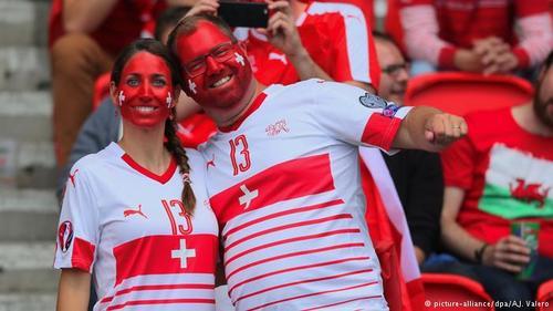 طرفدار تیم سوئیس در مصاف تیمشان با ملی پوشان رومانی
