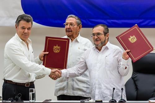 امضای قرارداد صلح بین رییس جمهور کلمبیا و رهبر شورشیان چپگرای فارک – هاوانا
