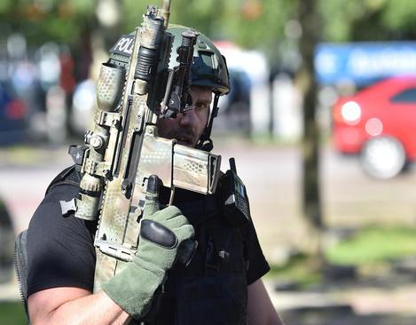 نیروهای امنیتی آلمانی در مقابل سینمایی که مورد حمله تروریستی قرار گرفته است