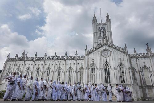 حضور بیوه زنان هندی در کلیسای کاتولیک در روز جهانی بیوه زنان – کلکلته