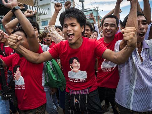 استقبال کارگران میانماری ساکن بانکوک از سفر آنگ سان سوچی رهبر دموکراسی خواهان میانمار به تایلند