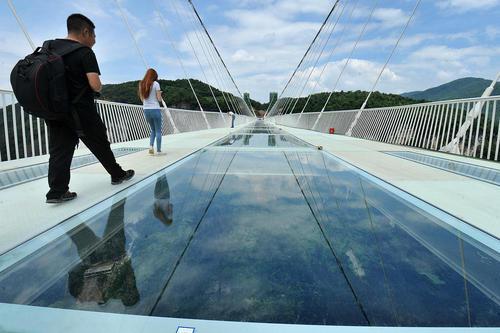 عبور از مرتفع ترین و طولانی ترین پل شیشه ای جهان – چین