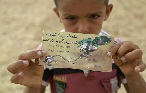 کاغذ نوشته های ریخته شده از سوی هواپیماها در مناطق جنگی سوریه