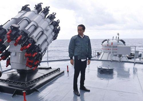 بازدید جوکو ویدودو رییس جمهور اندونزی از عرشه یک ناو اندونزیایی