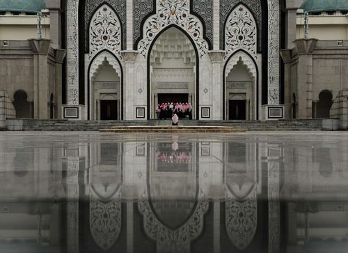 زنان مسلمان مالزیایی در حال گرفتن عکس دسته جمعی در مسجد ولایه در کوالالامپور