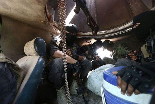 نیروهای دموکراتیک سوریه داخل تانک و در عملیات بازپس گیری شهر منبج از داعش