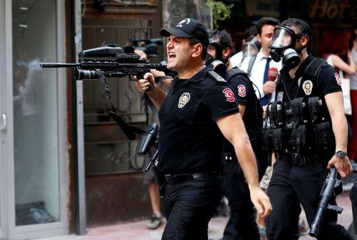 متفرق کردن فعالان حقوق همجنسگرایان در استانبول که می خواستند بدون موافقت دولت راهپیمایی سالانه خود را در خیابان استقلال استانبول برگزار کنند