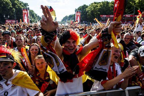 واکنش طرفداران تیم ملی فوتبال آلمان به گل نخست این تیم به اسلواکی در یورو 2016 در حالی که بازی ها را به صورت زنده از طریق یک نمایشگر بزرگ در برلین تماشا می کنند