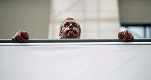 نایجل فاراژ رهبر حزب استقلال بریتانیا در حاشیه حضورش در بروکسل منتظر انجام مصاحبه با یک شبکه تلویزیونی است