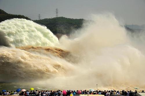 گردشگران در حال تماشای آبشار سد شیائولانگدی روی رودخانه زرد – چین