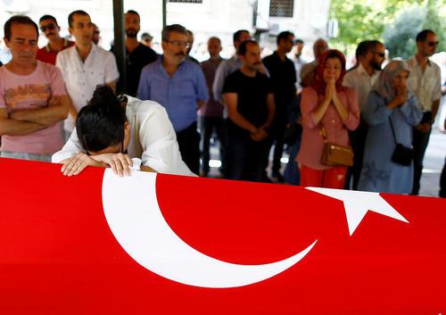 مراسم تشییع یکی از قربانیان زن حادثه تروریستی سه شنبه شب در فرودگاه آتاترک استانبول – استانبول