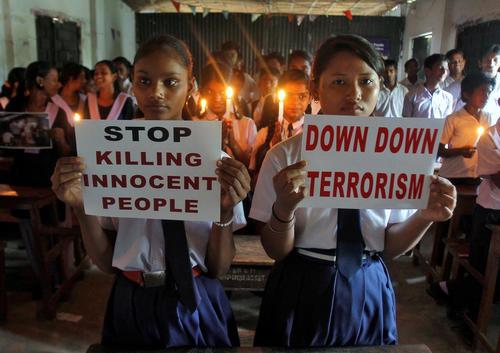 همدردی دانش آموزان مدرسه ای در آگارتا هند با قربانیان حمله تروریستی سه شنبه شب به فرودگاه استانبول