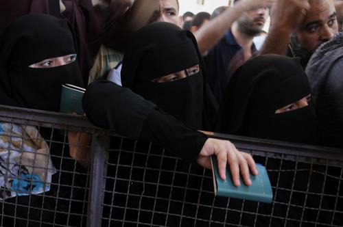 انتظار شهروندان فلسطینی در مرز رفح برای عبور به مصر