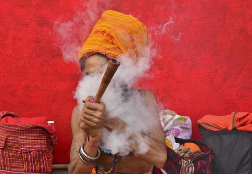 مرد هندو در جریان یک آیین مذهبی در جامو