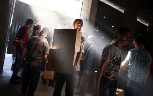 توزیع کمک های هلال احمر سوریه در شهر اربین در حومه شرقی دمشق
