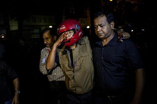 پایان خونین گروگانگیری داعش در کافه ای در شهر داکا با کشته شدن 6 گروگانگیر و کشته و زخمی شدن چند نیروی پلیس