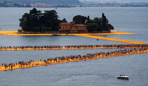 راه رفتن روی یک اثر هنرمند بلغاری روی دریاچه ایزئو در ایتالیا