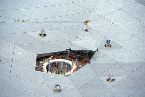 نصب آخرین پنل بزرگ ترین تلسکوپ رادیویی جهان در چین